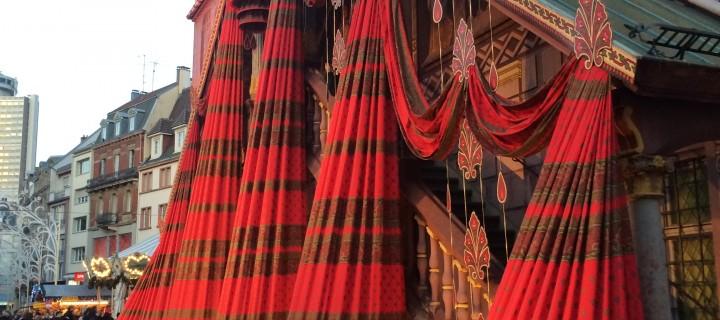 Qui se cache derrière le tissu de Noel de Mulhouse 2014 ?