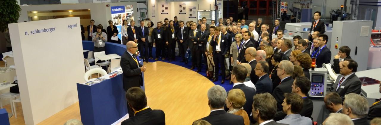 Hommage aux victimes des attentats de Paris initié par N. Schlumberger lors du salon ITMA 2015